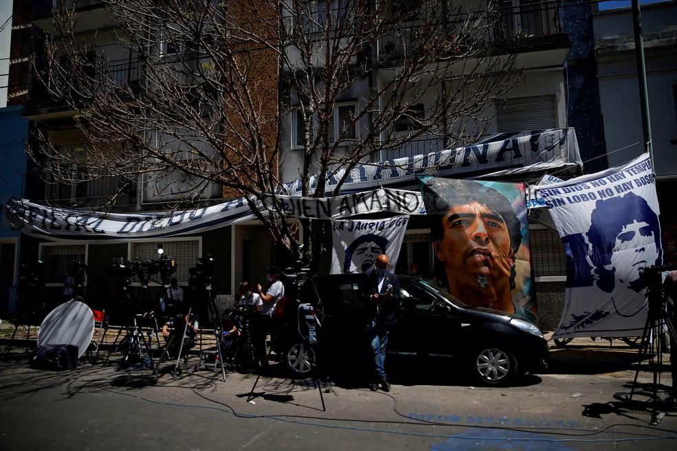 Fãs se aglomeram em hospital de La Plata onde Maradona ficou internado - (Foto: Demian Alday Estevez/EFE)