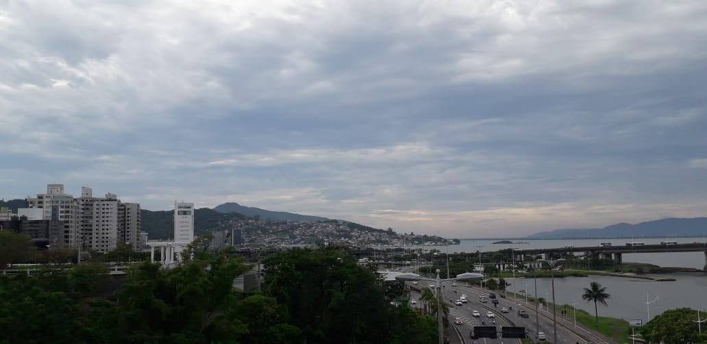 Sábado deve ser de sol entre nuvens e calor em SC