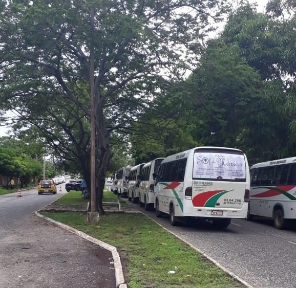 Motoristas de vans fazem protesto e ameaçam bloquear terminal rodoviário em Teresina