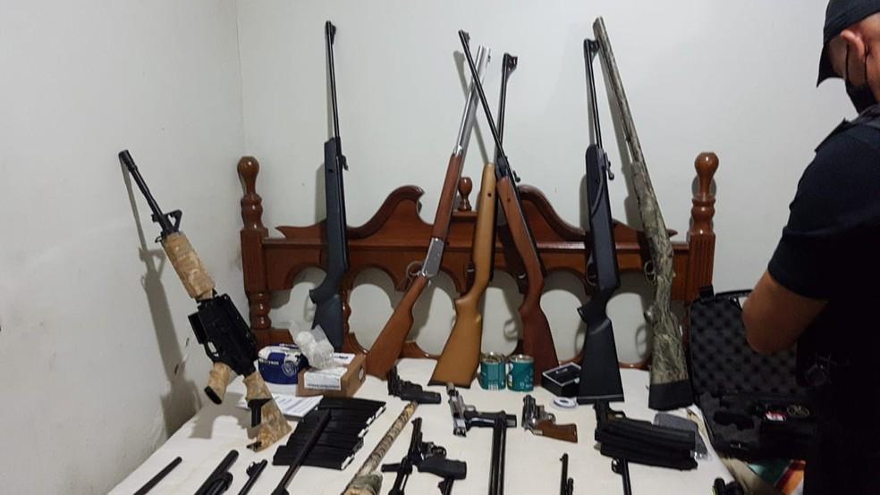 Armas apreendidas pela PCDF durante operação que investiga participação de militares do Exército em fraudes de certificados de armas para caçadores  — Foto: PCDF/Divulgação