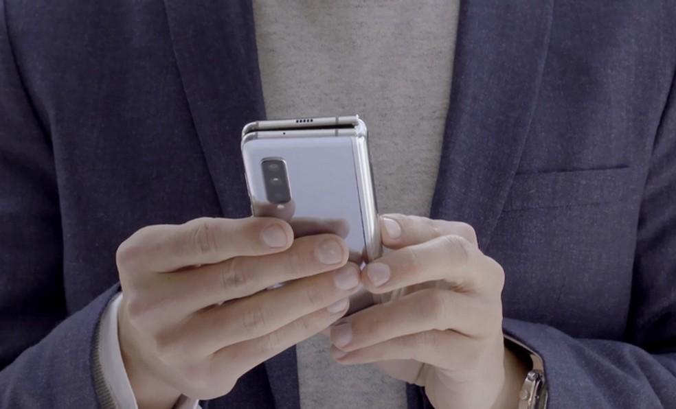 Fechado, Galaxy Fold é compacto e cabe no bolso  — Foto: Divulgação/Samsung
