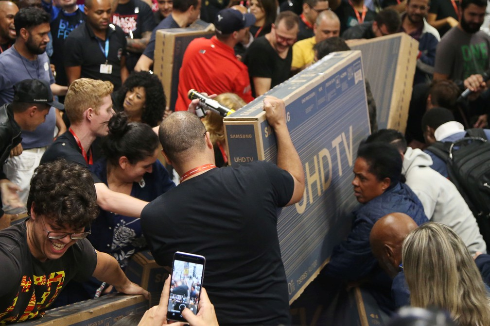 Consumidores disputam aparelhos de televisão em loja de São Paulo durante Black Friday, nesta quinta-feira (28). — Foto: Rahel Patrasso/Reuters