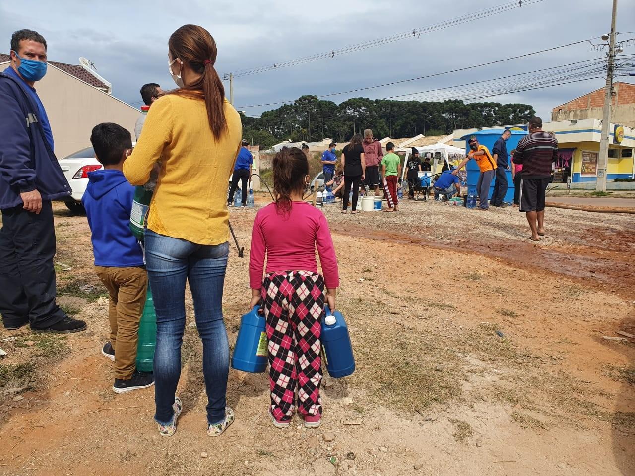Moradores de Fazenda Rio Grande enfrentam filas para pegar água após desabastecimento por contaminação de rio