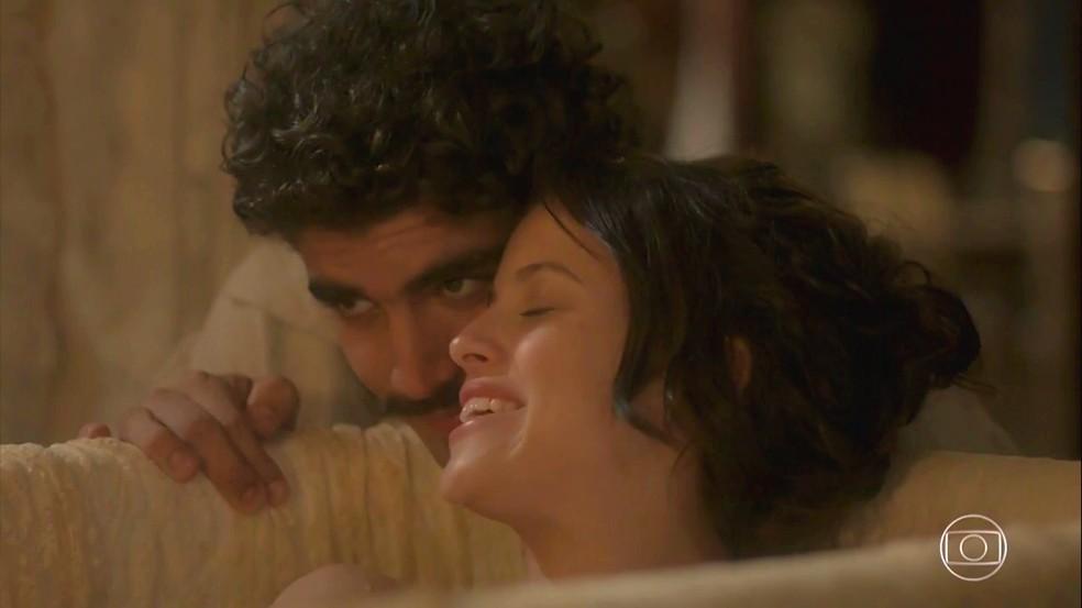 Dom Pedro (Caio Castro) instala Domitila (Agatha Moreira) no Solar da família real, em 'Novo Mundo' — Foto: TV Globo