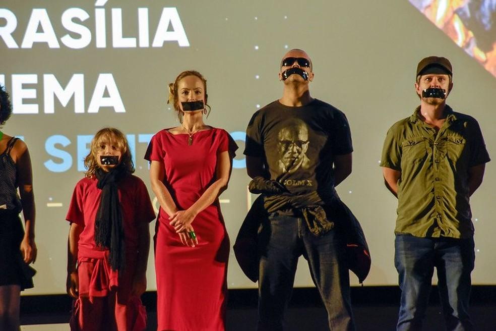 """Equipe do curta-metragem """"Escola sem sentido"""" faz protesto silencioso antes da exibição do filme na Mostra Brasília do 52º Festival de Brasília do Cinema Brasileiro — Foto: Mayangdi Inzaulgarat/Divulgação"""
