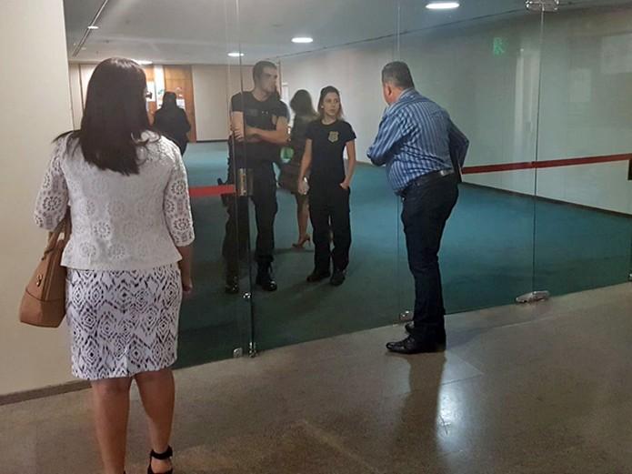 Policiais legislativos só autorizam entrada de servidores da Câmara no andar do gabinete do deputado Lúcio Vieira Lima
