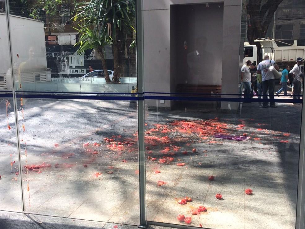 Manifestantes jogam tomates em prédio onde Gilmar fez palestra (Foto: Tahiane Stochero/G1)