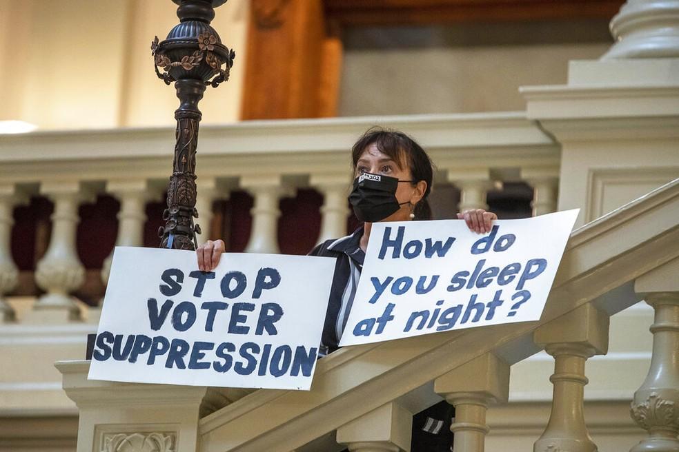 Manifestante protesta contra mudança na legislação eleitoral do estado americano da Geórgia: 'Como vocês dormem à noite?' — Foto: Alyssa Pointer/Atlanta Journal-Constitution via AP