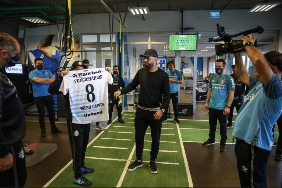 Maicon recebe homenagem de funcionários do Grêmio — Foto: Lucas Uebel/Grêmio/Reprodução