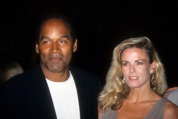 O ex-jgador de futebol americano O.J. Simpson e Nicole Brown Simpson em foto de 1994 (Foto: Getty Images)