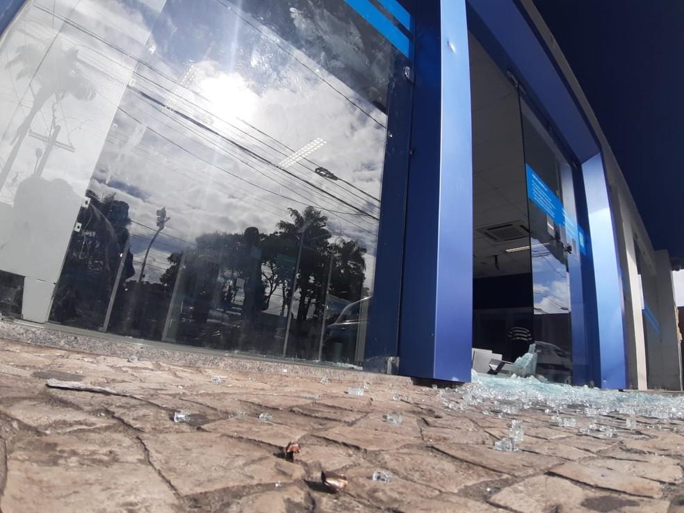 Agência bancária foi depedrada no Caminho de Areia, em Salvador  — Foto: Raphael Marques/TV Bahia