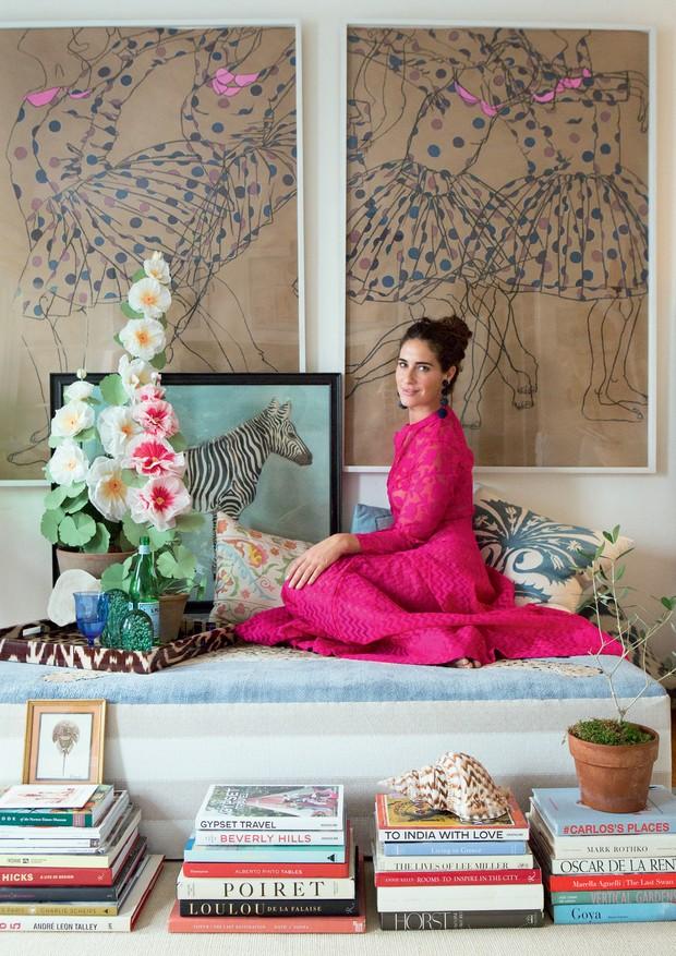 A designer Rebecca de Ravenel usa os famosos brincos Les Bonbons, da grife que leva seu nome (Foto: Diana Koenigsberg (foto clicada em 2016 no apartamento anterior de Rebecca em Los Angeles))