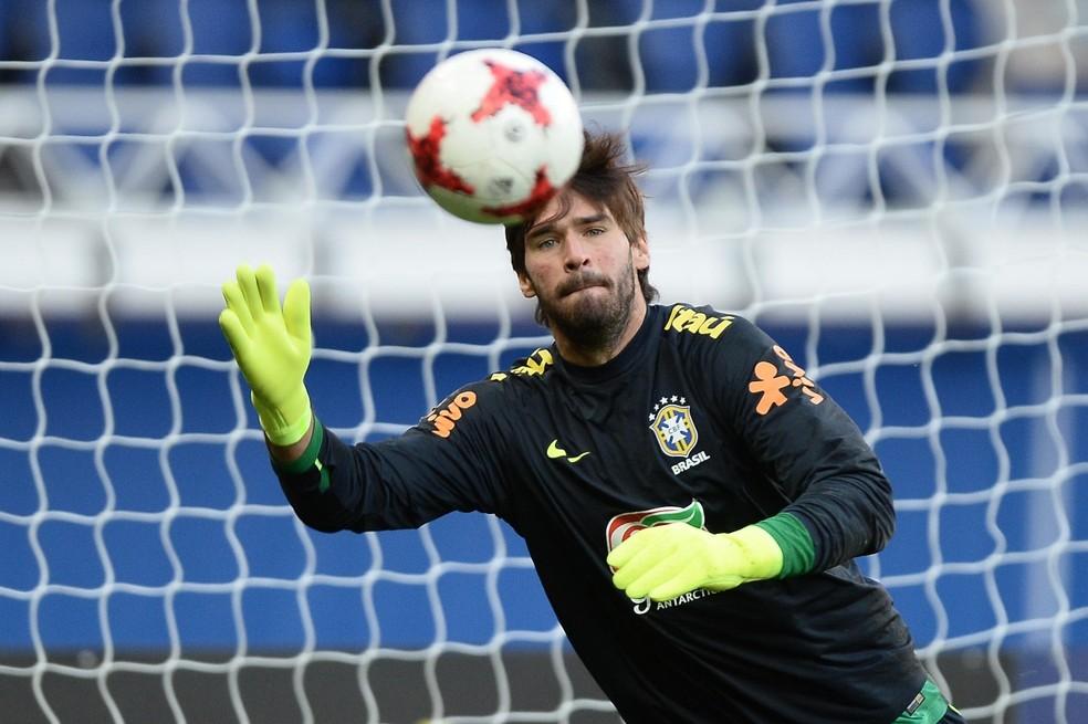 Taffarel exigiu bastante dos goleiros Alisson, Ederson e Cássio na atividade (Foto: Pedro Martins/MoWA Press)