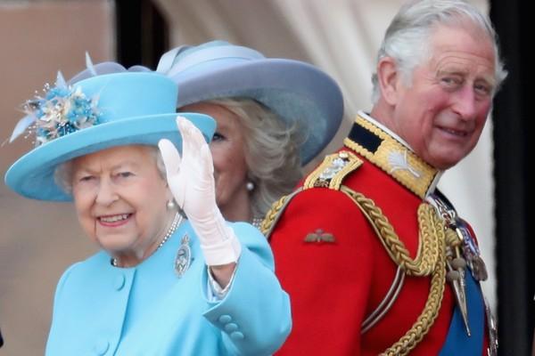 A Rainha Elizabeth 2ª com seu filho mais velho, Príncipe Charles (Foto: Getty Images)