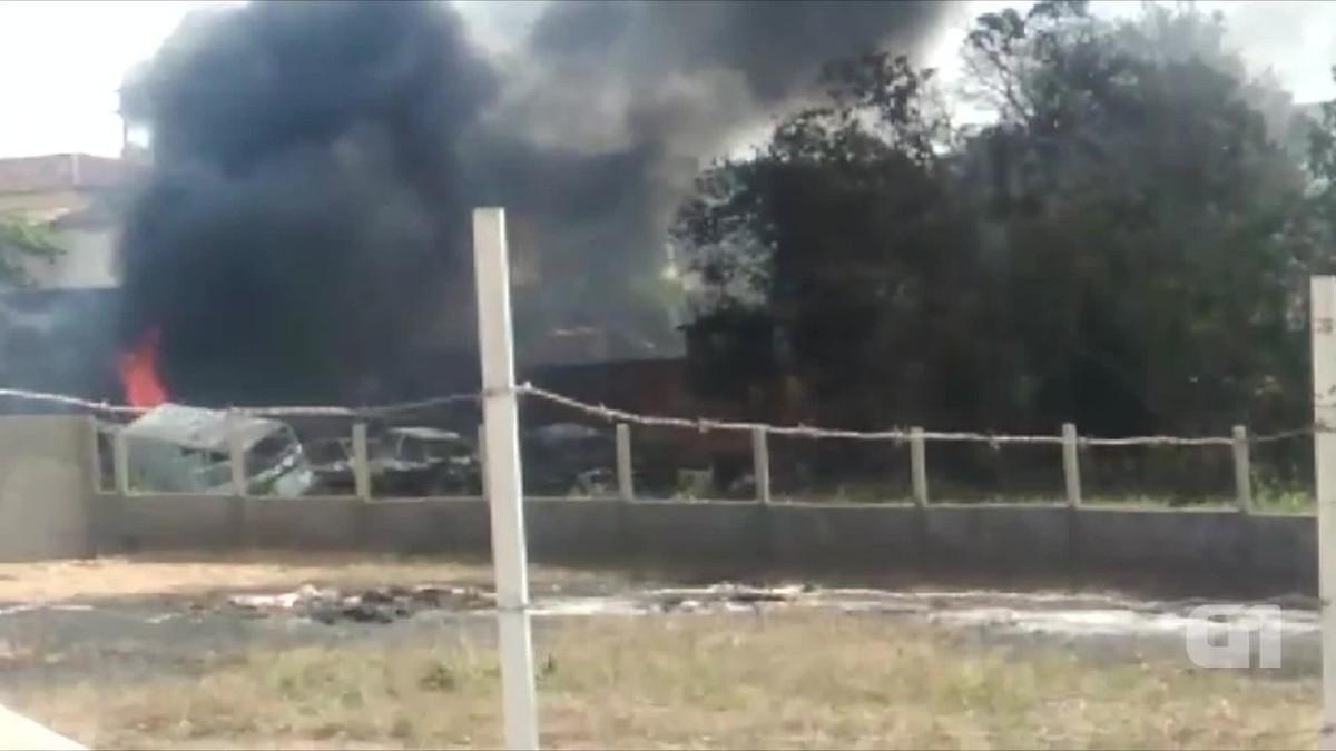 Incêndio atinge 15 veículos dentro de ferro-velho em Pesqueira