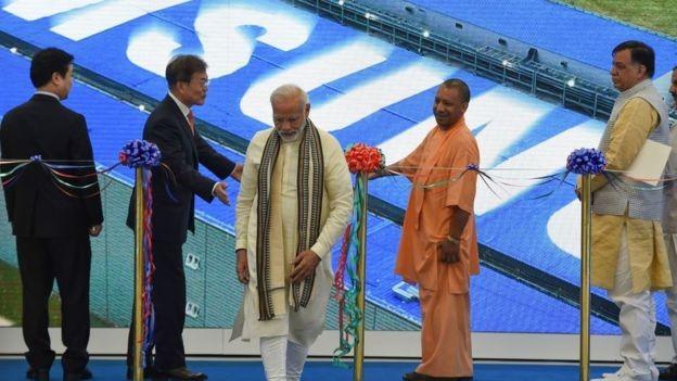 O primeiro-ministro da Índia, Narendra Modi, participa de inauguração de fábrica da Samsung (Foto: Getty Images via BBC)