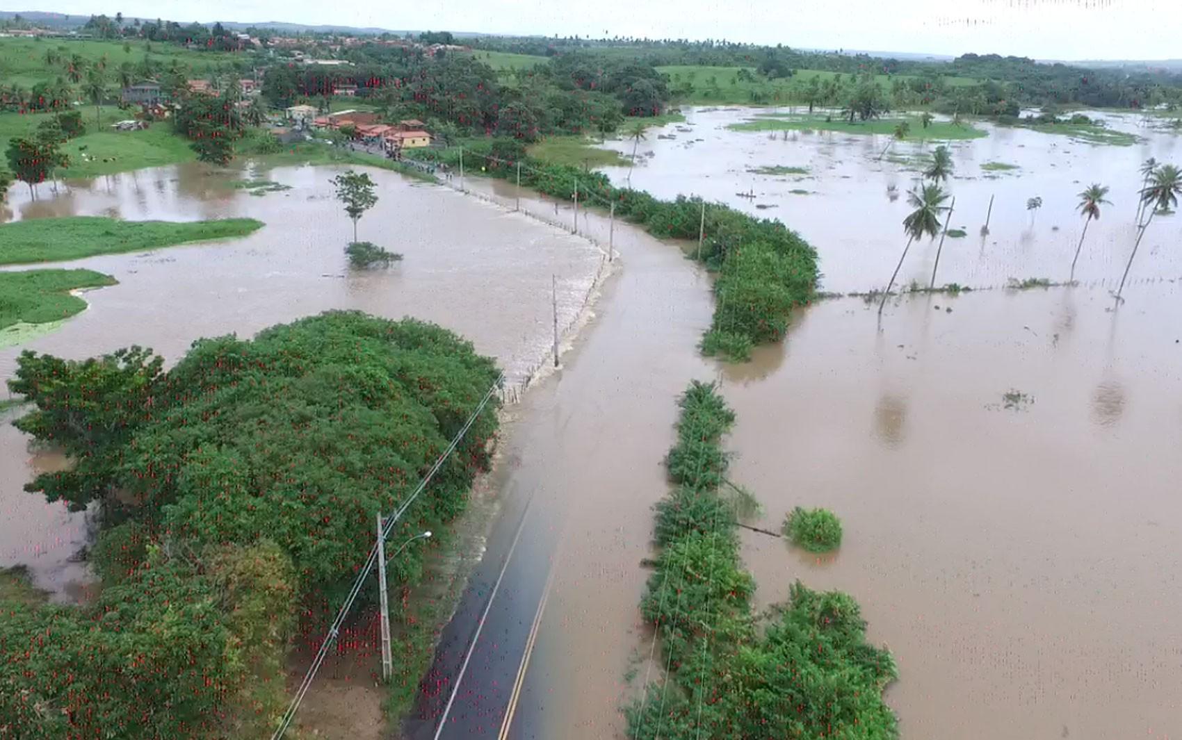 Abastecimento de água é interrompido em comunidades de  Entre Rios e Esplanada por causa de cheia dos rios