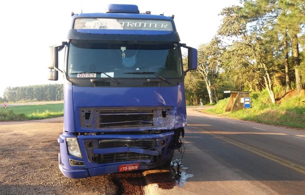 Motorista da carreta não ficou ferido — Foto: PRF/Divulgação