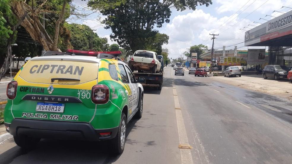 Carro capota na avenida Kennedy — Foto: Lucas Marreiros/G1 PI