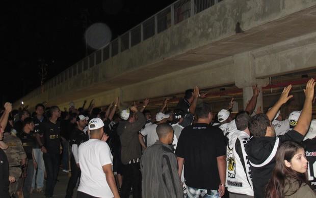 Torcida aplaude ônibus Botafogo (Foto: Thiago Quintella)