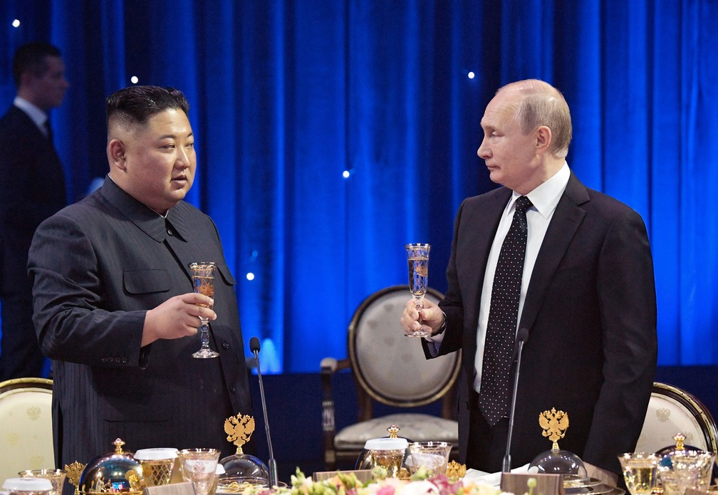 Presidente russo, Vladimir Putin, e líder da Coreia do Norte, Kim Jong-un, fazem brinde após primeira reunião de cúpula Vladivostok, na Rússia, nesta quinta-feira (25)   — Foto: Alexei Nikolsky/ Sputnik/ Kremlin via AP