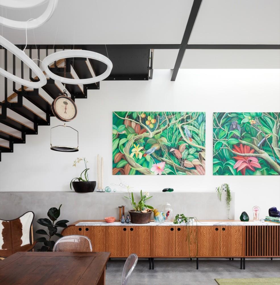 Décor do dia: sala de jantar com adega de parede e muita luz natural (Foto: Katherine Lu)