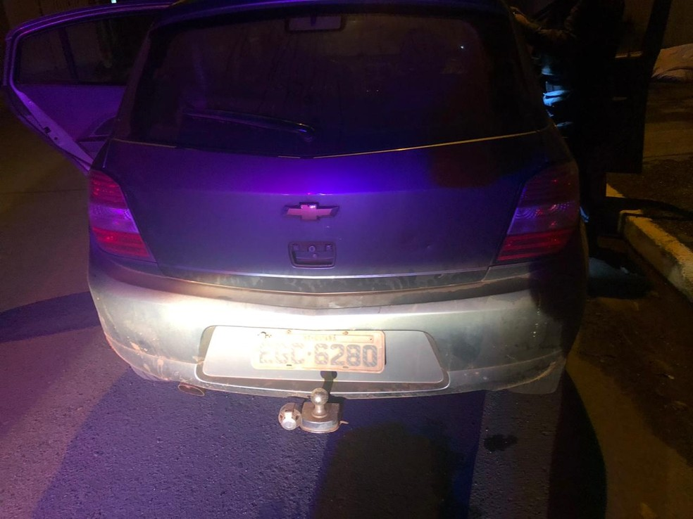 Os três ocupantes do veículo foram presos — Foto: Polícia Militar/Divulgação