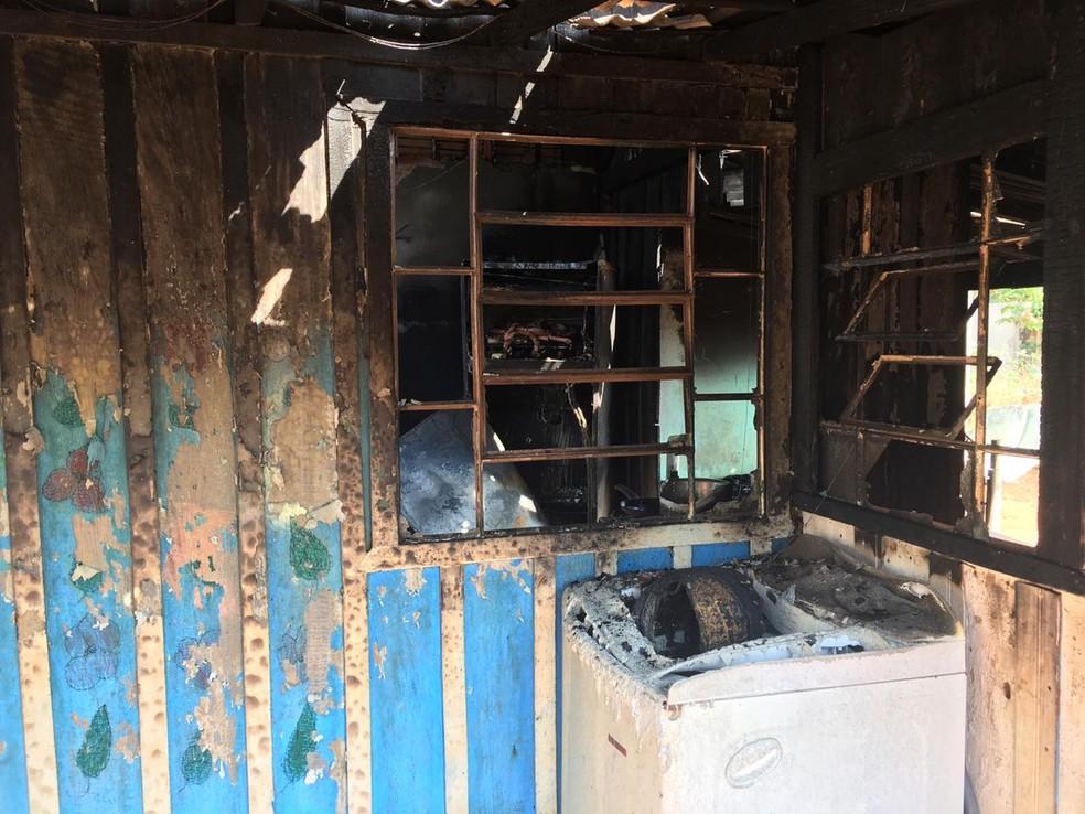 Suspeita é que um curto circuito tenha causado o incêndio — Foto: Theodora Malacrida/TVCA