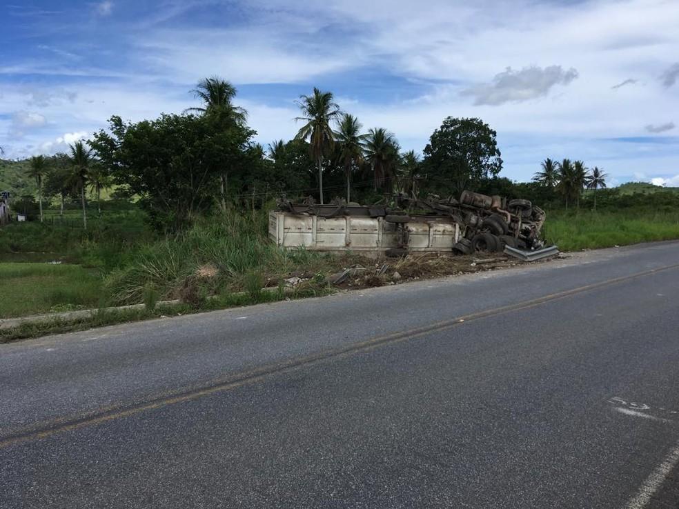 Caminhão caiu no acostamento da rodovia  — Foto: Arquivo Pessoal