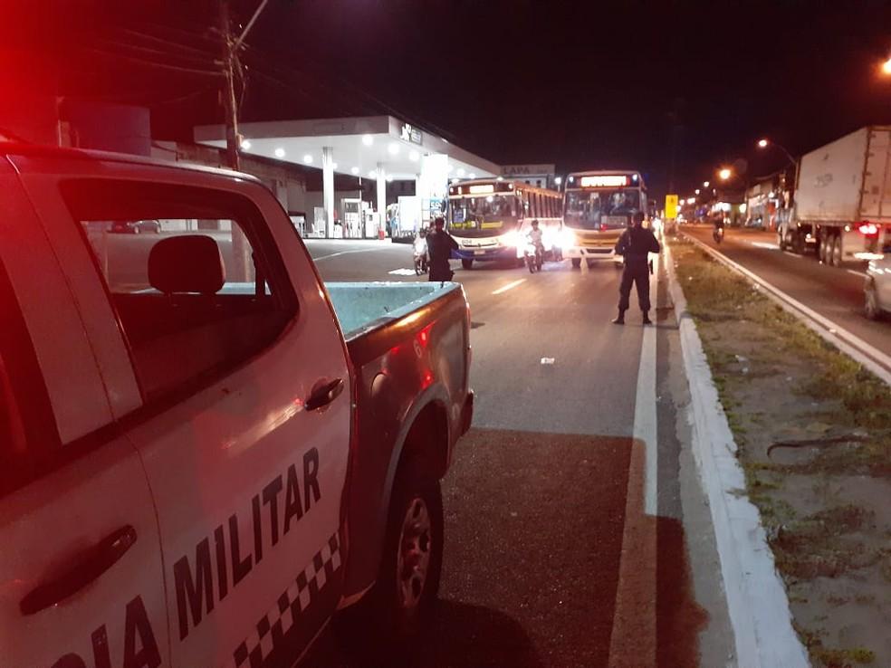 Homem morre atropelado na Zona Norte de Natal; PM interdita tráfego de veículos — Foto: Julianne Barreto/Inter TV Cabugi