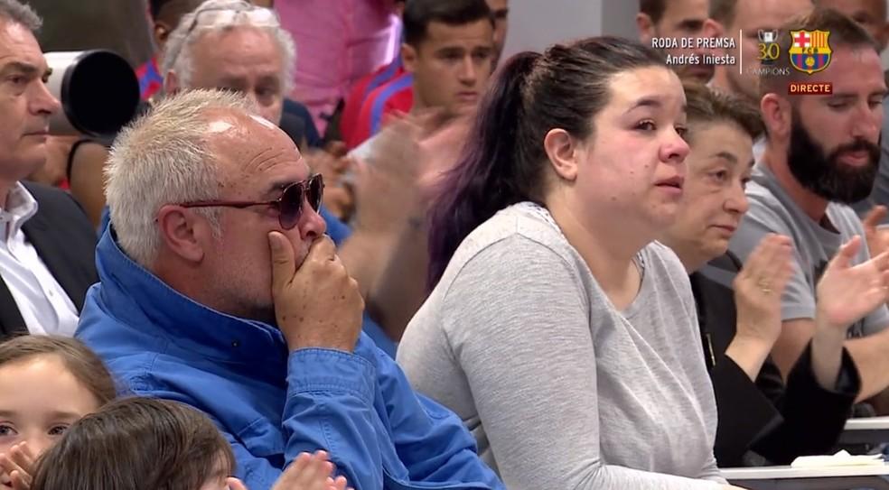 Pai, irmã e mãe de Iniesta emocionados no anúncio da despedida do craque do Barcelona (Foto: Reprodução de vídeo)