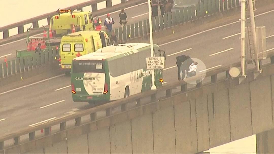 Refém de ônibus na ponte Rio-Niterói desmaia diante de policiais do Bope após ser liberada