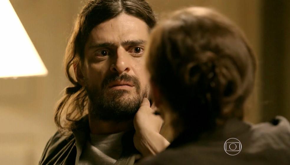 Cora (Drica Moraes) tenta convencer Jairo (Julio Machado) a matar Fernando (Erom Cordeiro) - 'Império' — Foto: Globo