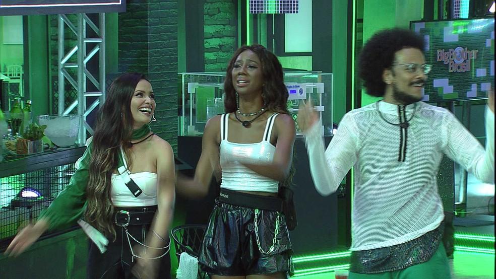 Camilla de Lucas se emociona com canção de IZA, e cantora repara: 'Eu vou chorar também' — Foto: Globo