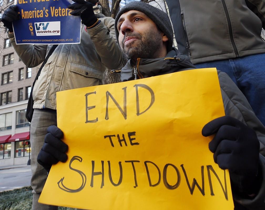 Servidores protestam contra paralisação do governo federal do EUA em Boston — Foto: AP Photo/Michael Dwyer