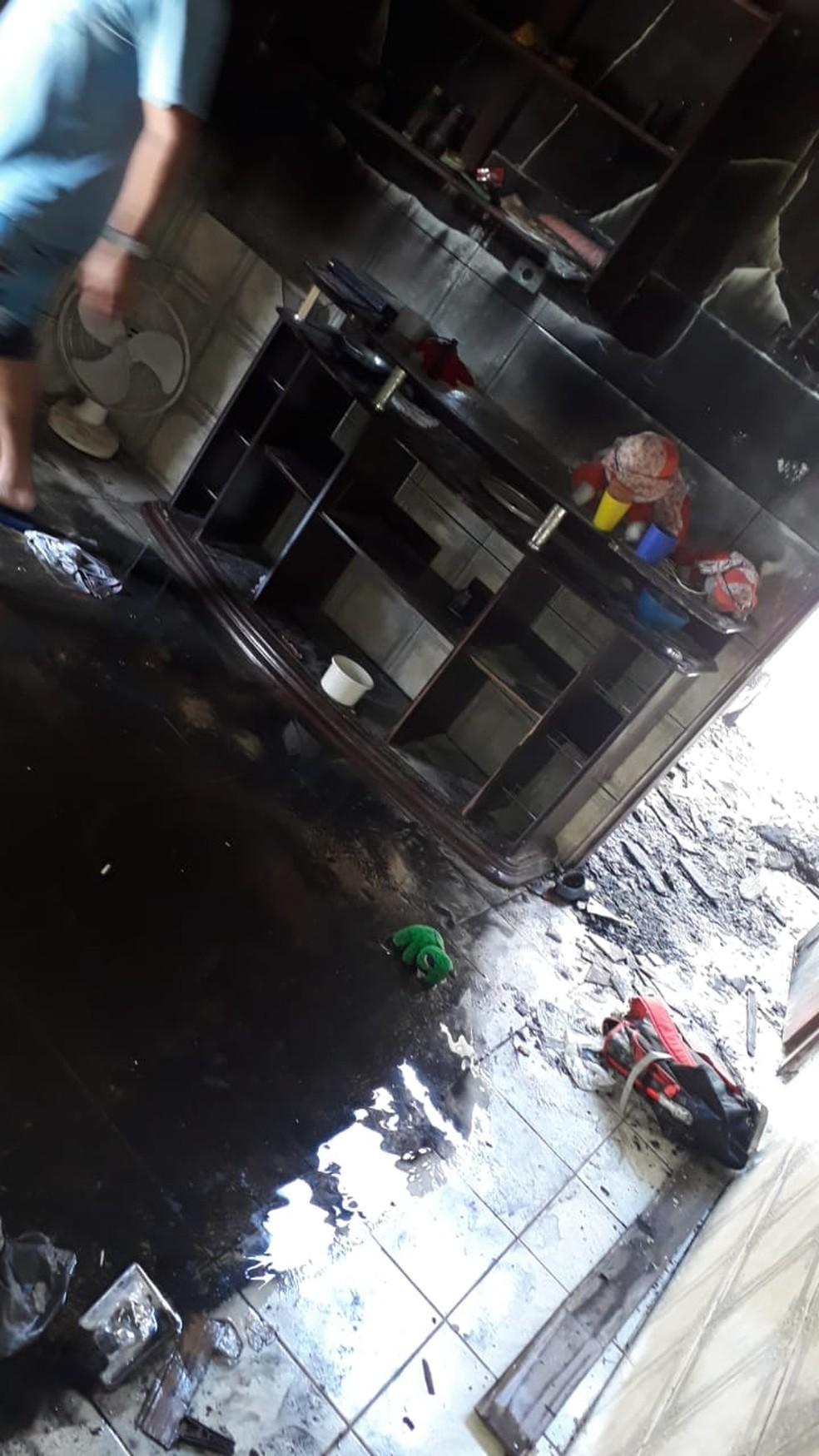 Casa ficou queimada após jovem atear fogo, em Bertioga — Foto: G1 Santos