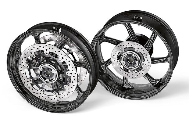 As rodas de liga leve e bateria de lítio contribuíram para uma redução de quase 2 kg da moto (Foto: Divulgação)