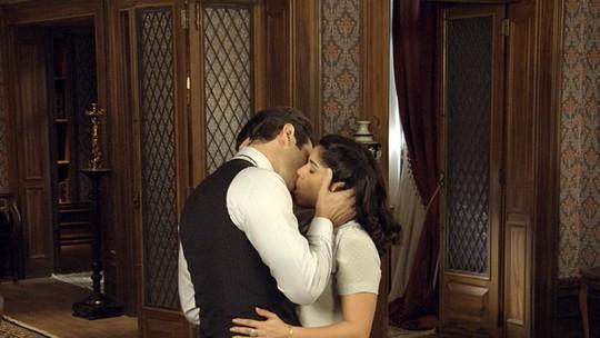 Araújo e Olga se entregam à paixão!