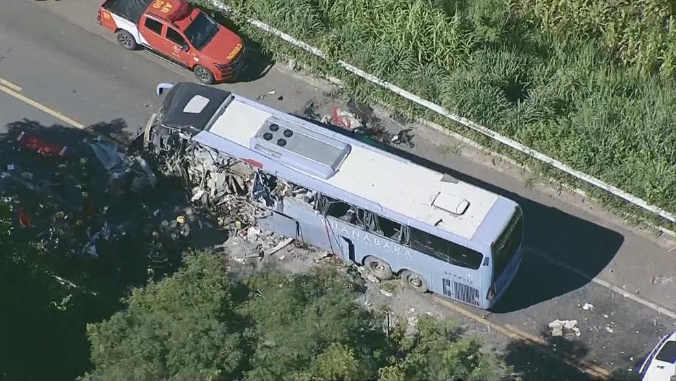 -  Lateral de ônibus destruída após batida  Foto: TV Globo/Reprodução