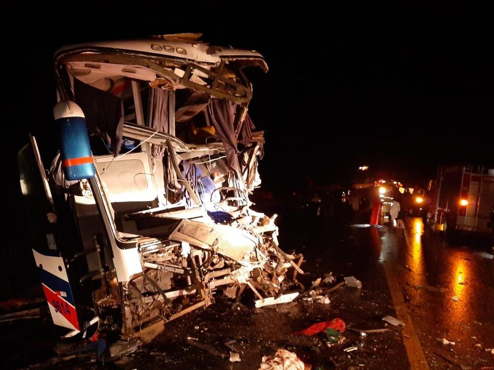 Frente do ônibus que se envolveu no acidente na BR-364 — Foto: Rômulo Azevedo/Rede Amazônica