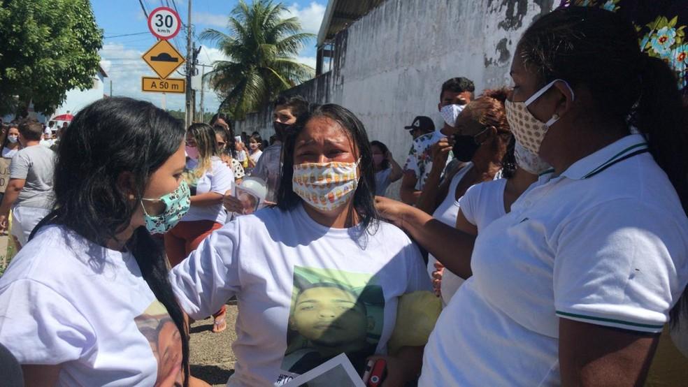 Priscila Souza, mãe de Gabriel, na manifestação do dia 15 de junho — Foto: Ayrton Freire/Inter TV Cabugi