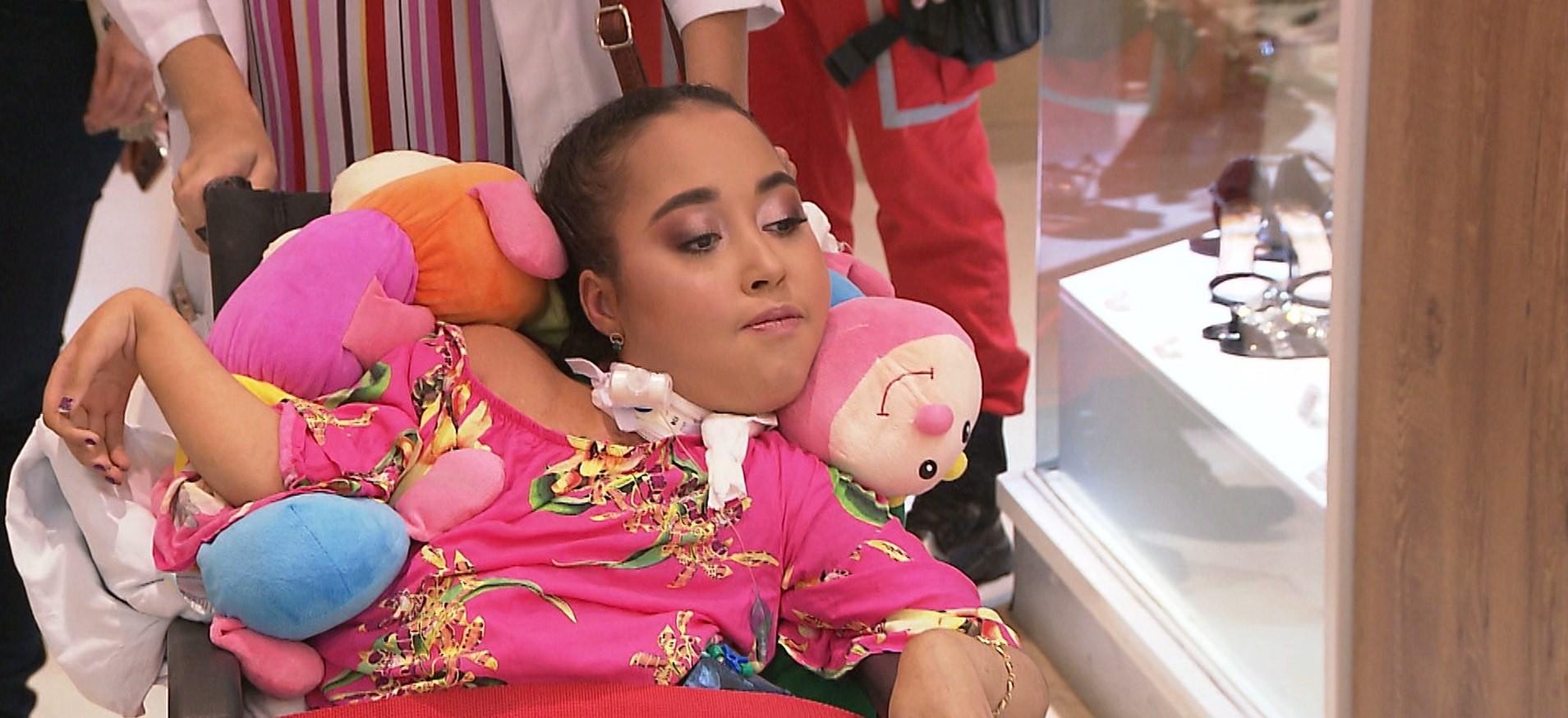 Depois de 5 anos internada, jovem paciente de hospital passeia em shopping de João Pessoa