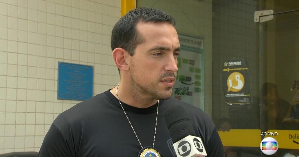 Boa parte dos fuzis que chegam ao Rio vêm de países vizinhos, informou o delegado Fabrício Oliveira (Foto: Reprodução/TV Globo)