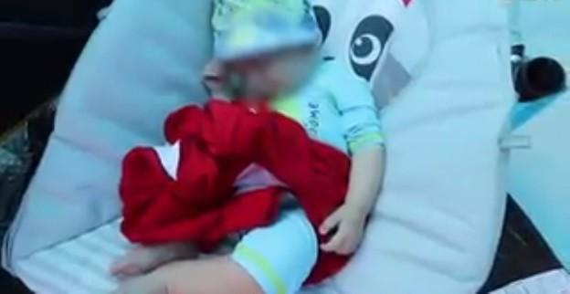 O bebê Jace ficou na areia (Foto: Reprodução/YouTube)