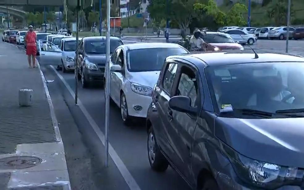 Profissionais da saúde aguardam em fila de drive-thru para receber segunda dose da CoronaVac em Salvador — Foto: Reprodução/TV Bahia