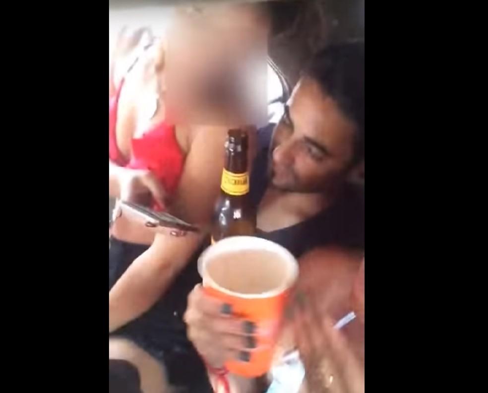 -  Vídeo do vereador bebendo cerveja e com mulheres no carro circula nas redes sociais  Foto: Reprodução