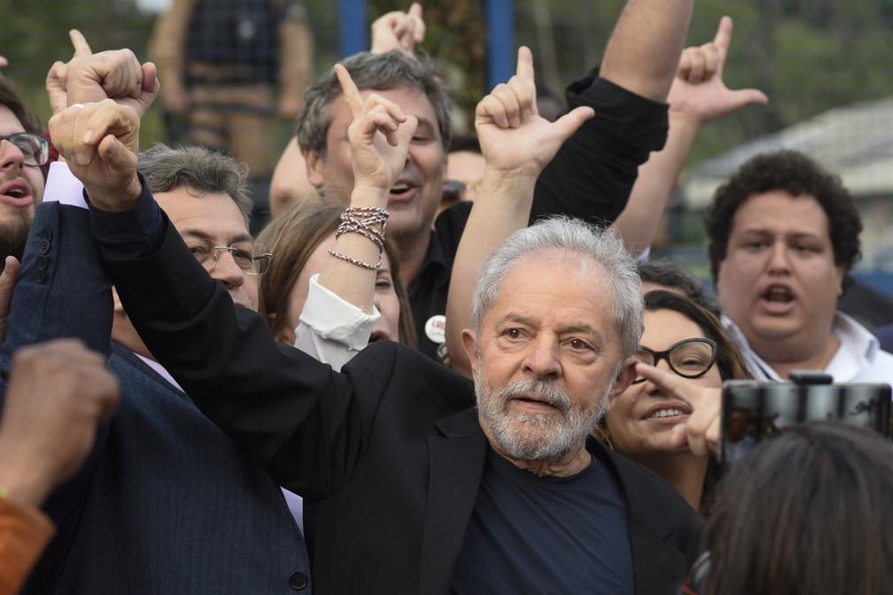 O ex-presidente Lula após ser libertado da prisão, em Curitiba — Foto: Henry Milleo/AFP
