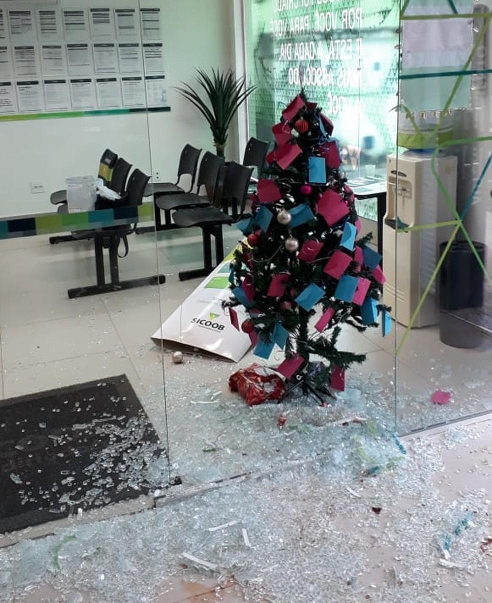 Bandidos arrombaram porta de agência bancária em Jampruca — Foto: Polícia Militar/Divulgação