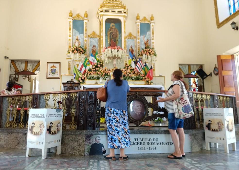 Devotos fazem orações junto ao túmulo do Padre Cícero. — Foto: Isaac Macêdo/TV Verdes Mares