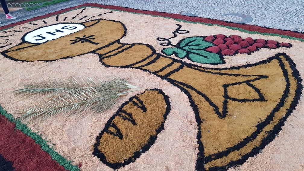 Moradores mantêm viva tradição dos tapetes em Sabará — Foto: Flávia Crisitini/TV Globo